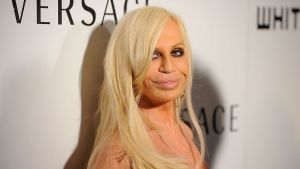 "<div class=""buttonTitle""><div class=""roundedlIcon white mbianco mprest""></div></div>Fashion Designer Donatella Versace"