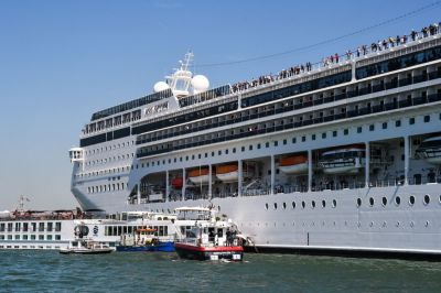 "<div class=""buttonTitle""><div class=""roundedlIcon white mbianco mprest""></div></div>A Cruise Ship Crashed into a Docked Tourist Boat in Venice"