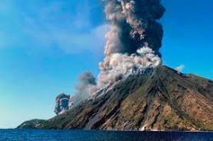 "<div class=""buttonTitle""><div class=""roundedlIcon white mbianco mprest""></div></div>Volcanoes Stromboli, erupted in late August"