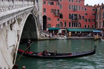 "<div class=""buttonTitle""><div class=""roundedlIcon white mbianco mprest""></div></div>A landing fee for be a turist in Venice"